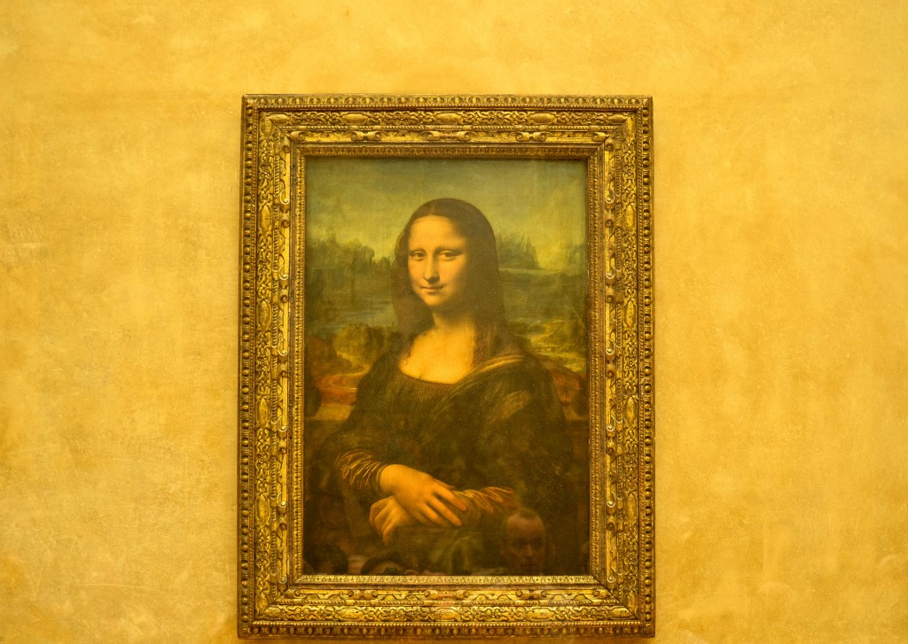 Mona Lisa painting inside the museum, confused dasher, paris 5 day trip report, what to do and what to see in paris in 5 days, things to do on a last day in paris, the beauty of Rue de Rivoli, Musee de louvre